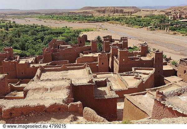 Dächer und Kasbahs,  Wohnburgen der Berber,  und Flussbett,  Ksar Ait Benhaddou,  befestigtes Lehmdorf,  Südmarokko,  Marokko,  Afrika