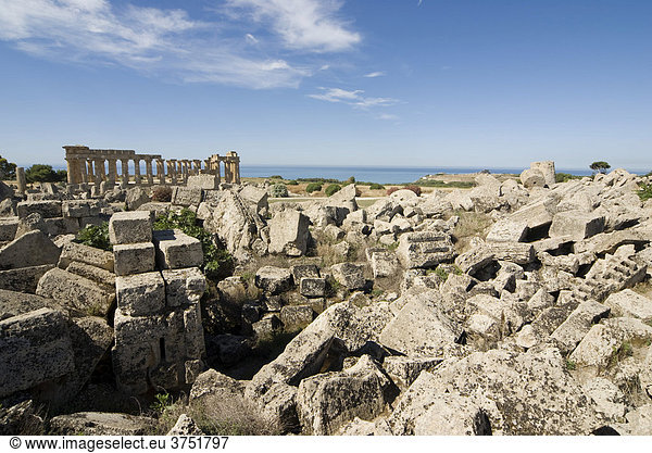 Trümmer von Tempel G,  hinten Tempel E,  Selinunte (Selinunt),  Sizilien,  Italien,  Süditalien