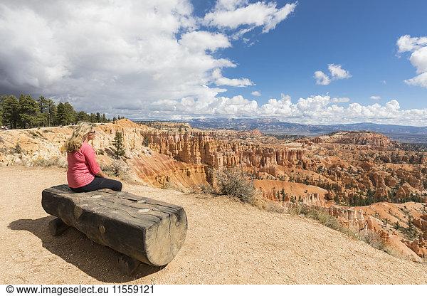 USA,  Utah,  Bryce Canyon National Park,  Tourist beim Betrachten von Hoodoos im Amphitheater am Rim Trail